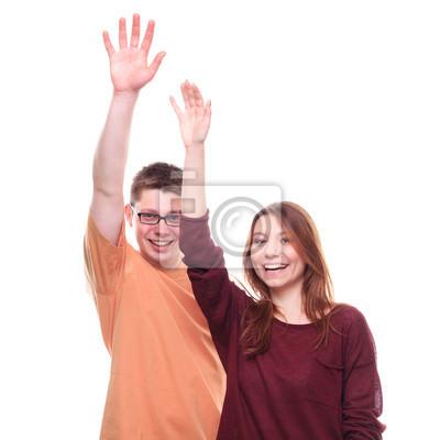 Jungen und Mädchen mit den Händen oben auf weißem Hintergrund