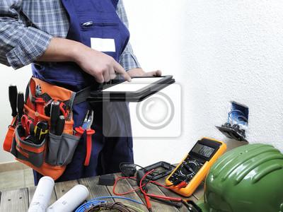 Junger elektriker, der in einer wohnelektroinstallation arbeitet ...