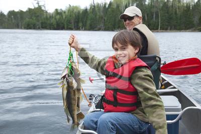 Junger Fischer hält stolz Stringer von walleyes