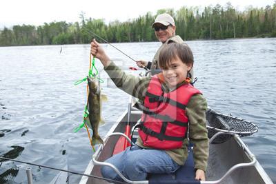 Junger Fischer zeigt stolz ersten Zander des Tages