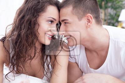 Junger Mann Und Frau In Der Liebe Auf Dem Bett Liegend Fototapete
