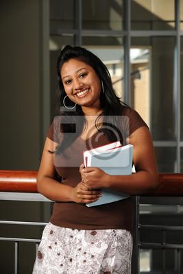 Junger östlicher Student holding Bücher in College Campus