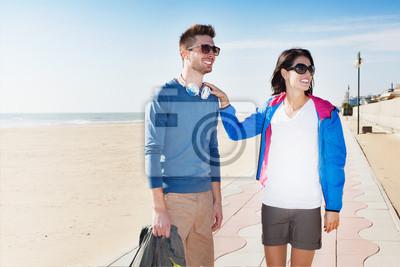 Junger Tourist Paar stehend auf einer Strandpromenade