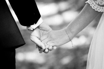 Fototapete Junges Ehepaar Hand in Hand