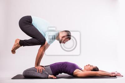 Retro Kühlschrank Yoga : Junges gesundes paar in yoga position auf weißem hintergrund