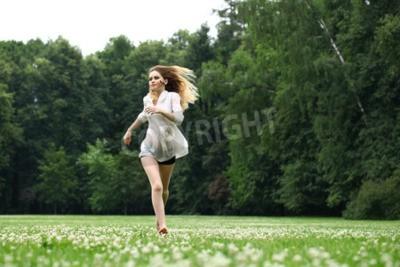 f7b189a39de86d Fototapete Junges schönes Mädchen im weißen Hemd auf der grünen Wiese läuft  im Sommer Park