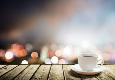 Fototapete Kaffee auf dem Tisch in der Nacht in der Stadt