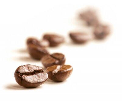 Fototapete Kaffeebohnen zeichnen ein Zick-Zack-Linie auf weißem isoliert.