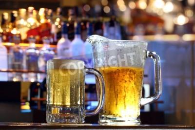 Fototapete Kalte erfrischendes Bier in einer Bar