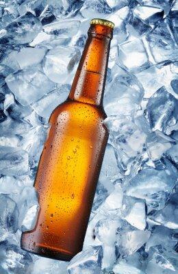Fototapete Kalte Flasche Bier in den Eiswürfeln.