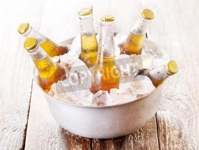 Fototapete Kalte Flaschen Bier in Eimer mit Eis auf Holztisch