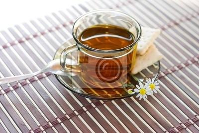 Kamillentee Und Frische Kamillenbluten Auf Bambus Tischdecke