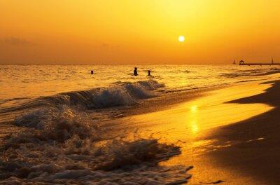 Fototapete Karibisches Meer Strand Sonnenuntergang. Tropischer Strand in Karibisches Meer, Dominikanische Republik. Mutter und Tochter Schwimmen im Meer.
