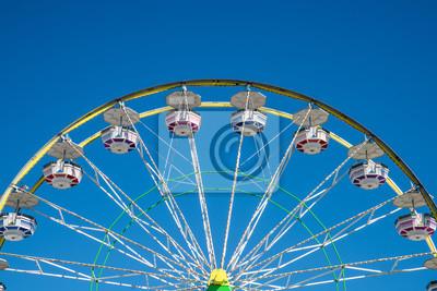 Fototapete Karneval Riesenrad mit sauberen Himmel. Schließen Sie herauf Schuß der Hälfte eines Riesenrades in Coachella Kalifornien.