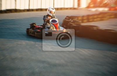 Karting wettkampf oder rennwagen fahren zum sieg auf einer ...