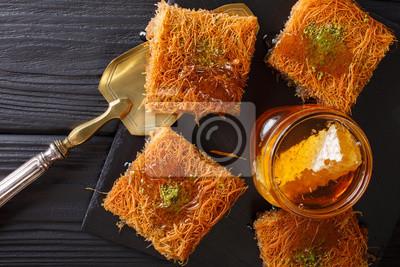 Kataif Kuchen Mit Pistazien Und Frischen Honig Close Up Auf Einem