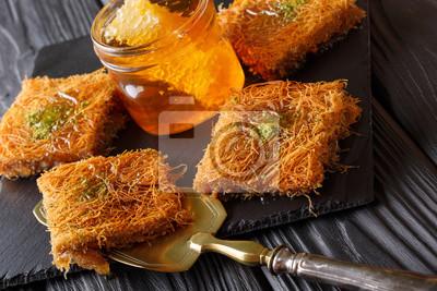 Kataif Kuchen Mit Pistazien Und Frischen Honig Makro Auf Einem