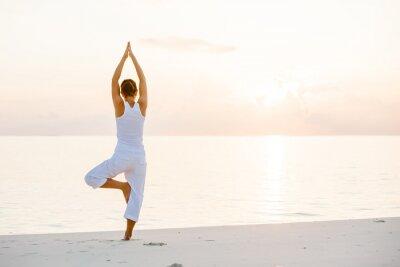 Fototapete Kaukasischen Frau praktizieren Yoga an der Küste