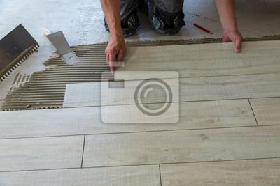 Keramische Fliesen In Holzoptik Werden Am Boden Verlegt Ein