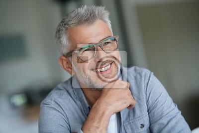 Fototapete Kerl von mittlerem Alter mit modischen Brillen