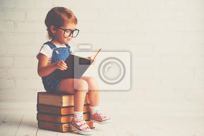 Fototapete Kind kleines Mädchen mit Brille ein Buch zu lesen