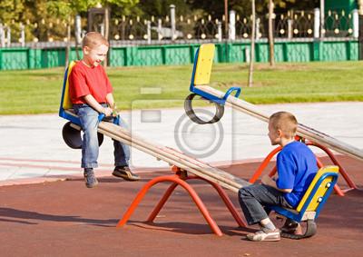 Kinder auf einer Wippe