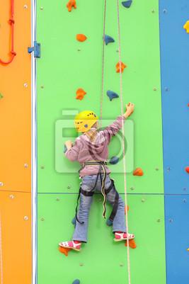 Kinder klettern an einer kletterwand, outdoor- fototapete ...