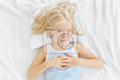 Kleines blondes weißes Mädchen