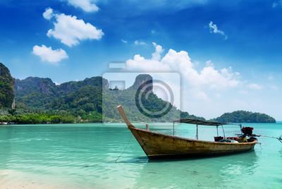 Fototapete Klare Wasser und blauer Himmel. Strand in der Provinz Krabi, Thailand.