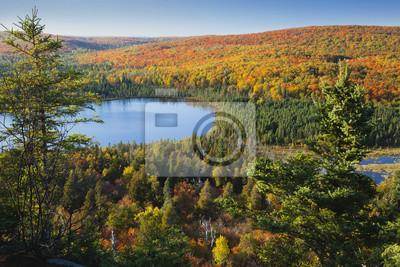 Kleine blaue See inmitten Hügeln im Herbst Farbe