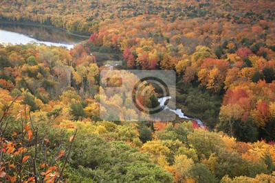 Kleiner Fluss und Lake of the Clouds in voller Herbst Farbe