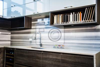Fototapete Kleiner Küchenbereich Mit Gegenoberseite Und Backsplash. Küche  Zimmer Hat Braune Küche Unterschrank Und Weiße