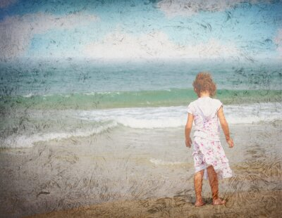 kleines Mädchen allein am Strand, Grunge-Foto-Effekt stehen