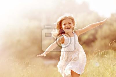 Fototapete Kleines Mädchen, das im Landfeld im Sommer läuft