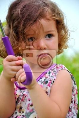 kleines Mädchen mit einem Regenschirm 3