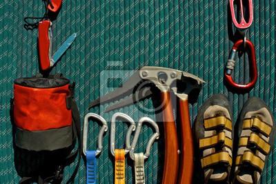 Kletterausrüstung Sicherung : Kletterausrüstung auf einem grünen seil. taschenmesser mit