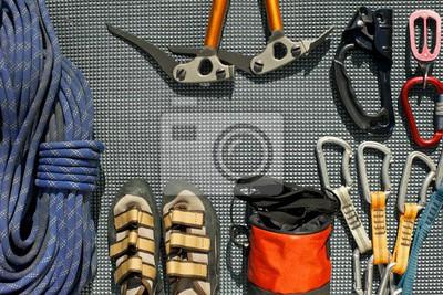 Kletterausrüstung Sicherung : Kletterausrüstung auf einer grauen matte ausgelegt. seil