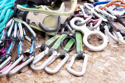 Klettergurt Mit Karabiner : Kletterausrüstung ein klettergurt und seil neben den