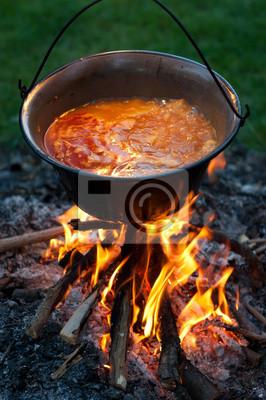 Kochen traditionelle ungarische paprika kartoffeln in einem kessel ...