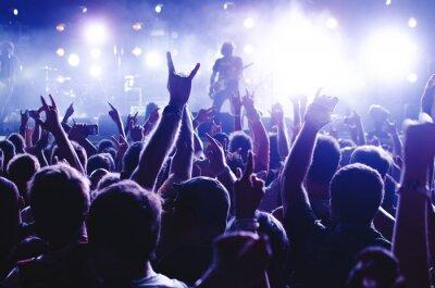 Fototapete Konzertmasse. Silhouetten junge Menschen vor hellen Bühne Lichter. Band der Rockstars