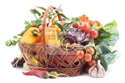 Korb mit Gemüse auf weißem Hintergrund.