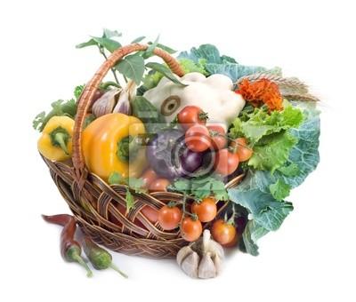 Korb mit Gemüse isoliert auf weißem Hintergrund.