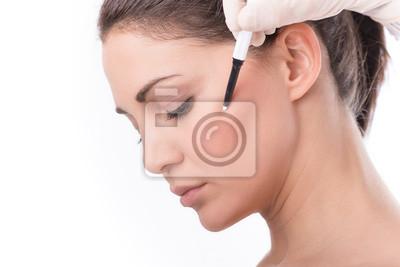 Kosmetikerin Berühren Und Zeichnen Korrekturlinien Auf Frau Gesicht