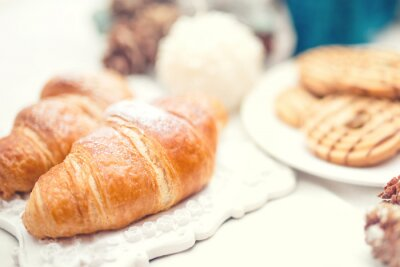 Fototapete Köstliche und leckere frische Croissants als Frühstück essen