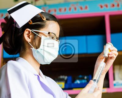 Krankenschwester mit medizinischen Spritze