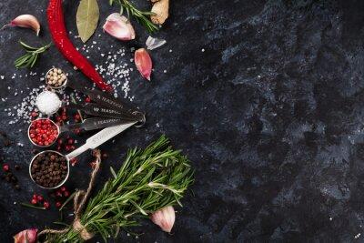 Fototapete Kräuter und Gewürze über schwarzem Stein