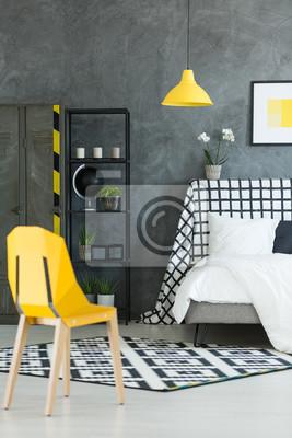 Kreatives Dunkles Schlafzimmer Mit Gelber Lampe Fototapete