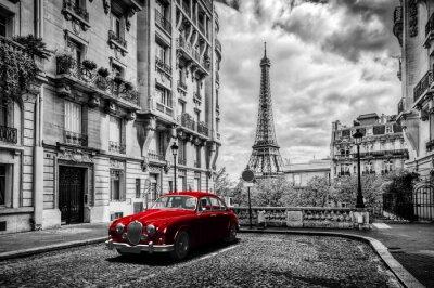 Fototapete Künstlerisch Paris, Frankreich. Eiffelturm von der Straße mit roten Retro-Limousine Auto gesehen.