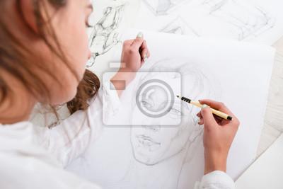 Fototapete Künstlerzeichnung Bleistift Porträt close-up. Frau Maler Bild von Frau auf großen Whatman. Kunst, Talent, Handwerk, Hobby, Berufskonzept