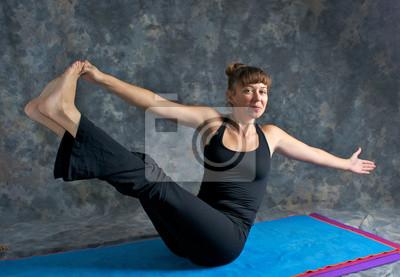 Retro Kühlschrank Yoga : Lächelnde junge frau macht yoga haltung navasana oder the boat